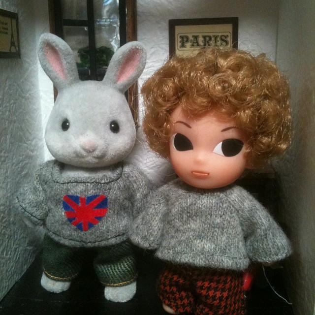 豆モモコのセーター、もう一枚。まだ何を飾るか考え中。